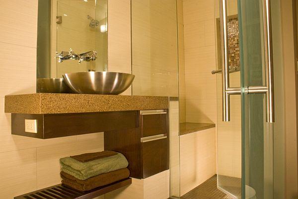 Lavadero De Baño Moderno:Divide la zona de la ducha con puerta de cristal transparente