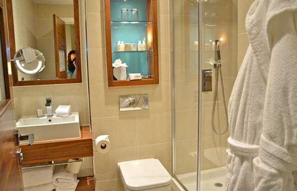 Cuartos de baño pequeños todo tiene moderno sitio