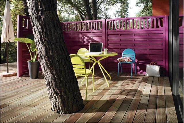 arbol terraza sillas sombrilla madera
