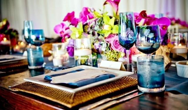arreglo floral colores mesa vajilla azul