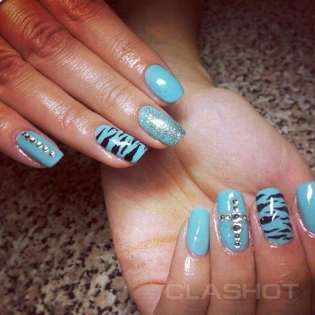 azul claro uñas motivos zebra piedras negro