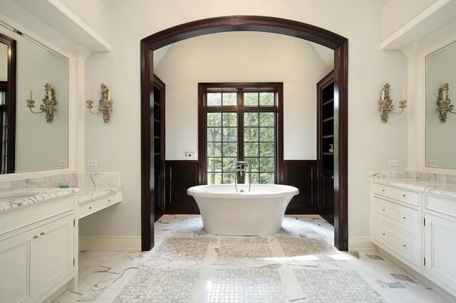 baño amplio luminoso blanco marmol muebles madera tina