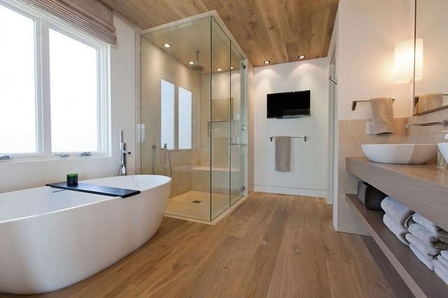 baño amplio suelo madera estilo bañera cabina