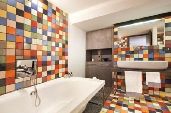 baño colorido muebles azulejos naranja