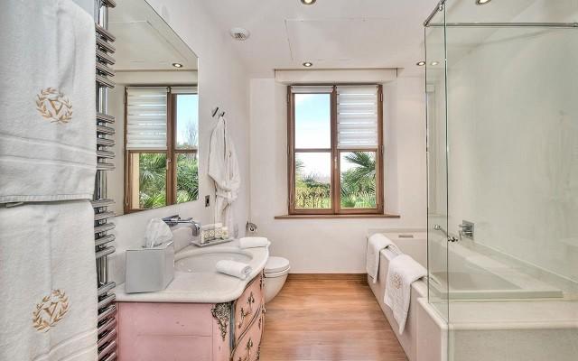 baños de diseño estilo rosa ventana bonito largo moderno cristal