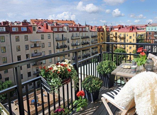 balcon moderno masetas ciudad mesa vista