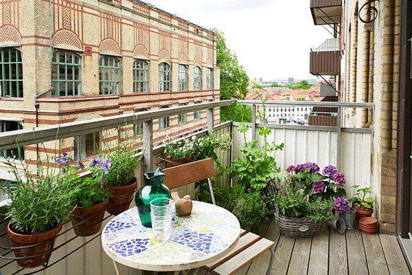 balcon moderno mesa mosaico masetas suelo