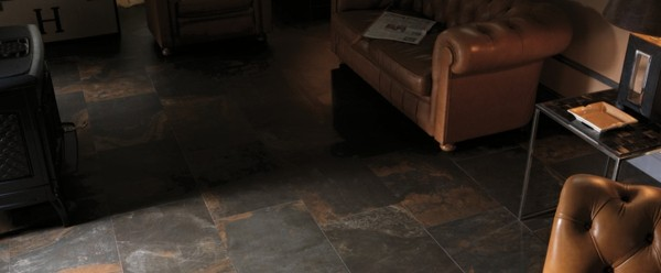 baldosas oscuras colores sombra sofás