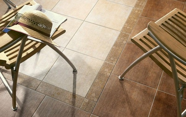 baldosas terraza marron beige sillas