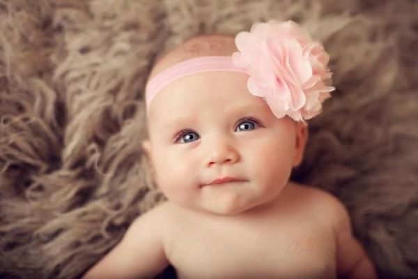 bebe diadema enorme flor rosa