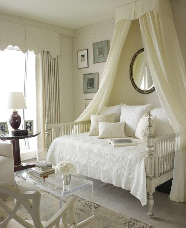 bonita cama blanca mosquitera clásica