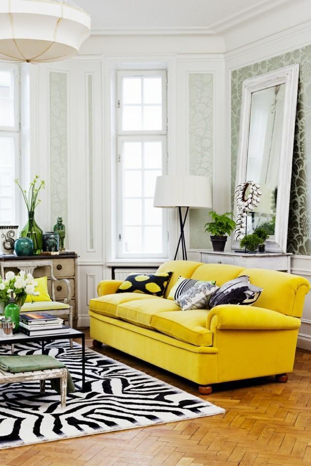 salón moderno butaca amarrilla combinacion alfombra zebra espejo moderno grande