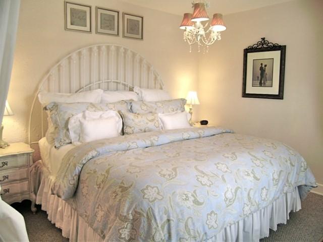 shaby chic cama confortable motivos florales decoración almohadas