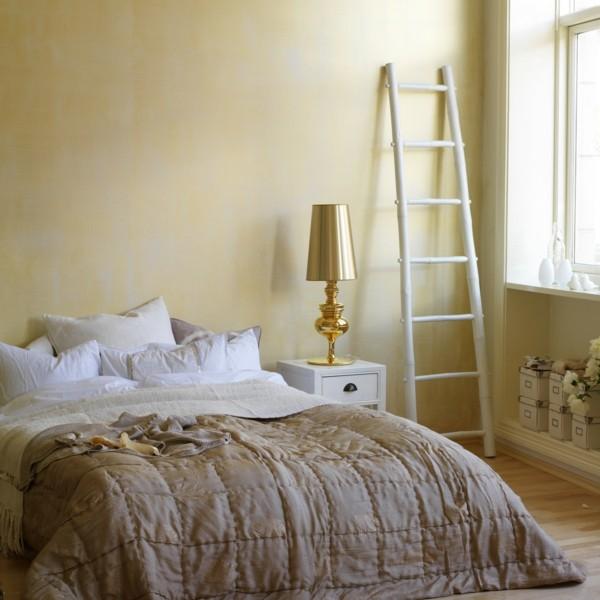 cama dormitorio escalera blanca beige