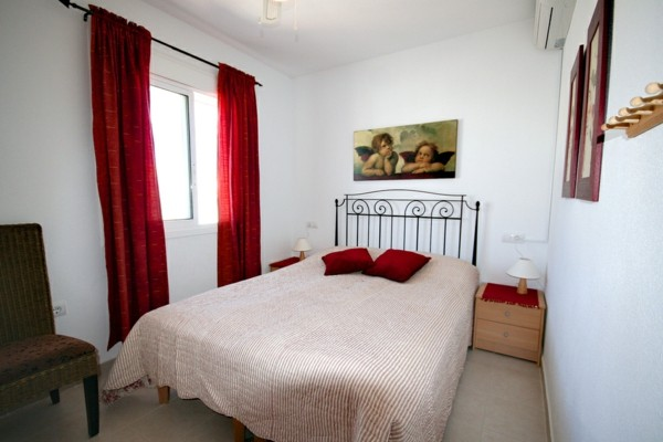 cama grande ángeles rojo cortinas