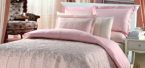 cama color rosa claro grande