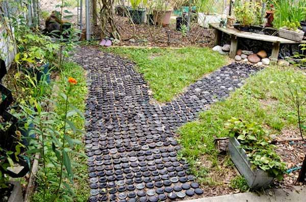 esplendido camino de jardin  hecho botellas cristal