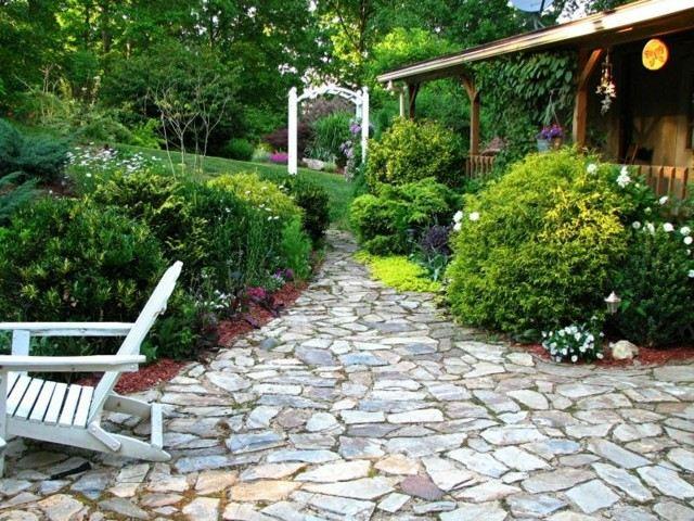 Senderos de piedra para jardines naturales for Decoracion de patios con piedras y plantas