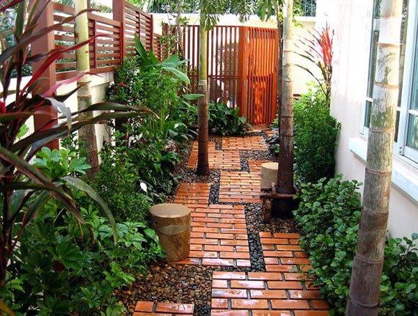 caminos de jardín baldillos ocre puertas arboles