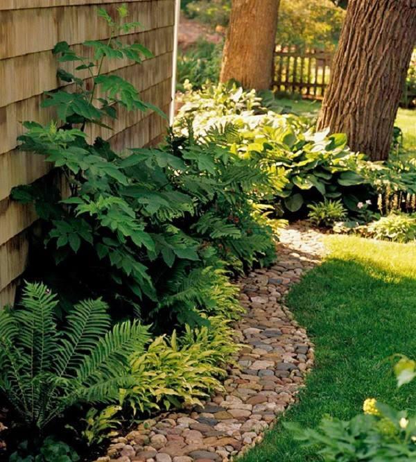 caminos de jardín cerca casa piedras pequeñas estrecho