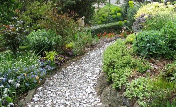 caminos de jardin piedras de distinto tamaño esparcidas