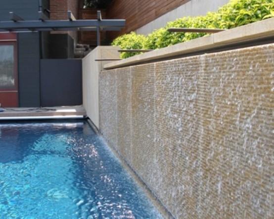 cascadas para jardín lateral piscina plantas