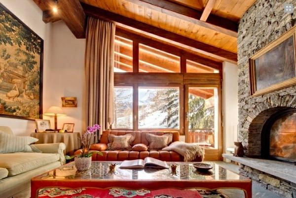 chimenea piedra salon madera techo