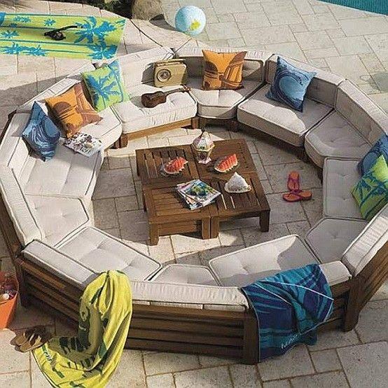 circular patio almohadones piscina madera
