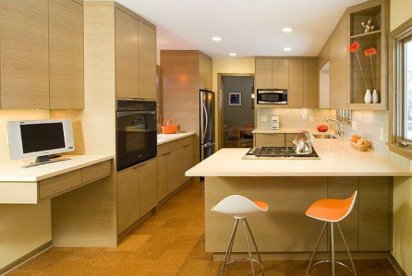 cocina espaciosa abierta sillas barra color crema naranja