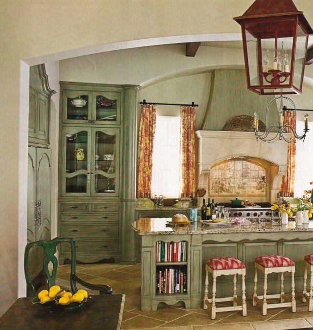 cocina amplia isla taburetes verde rojo muebles