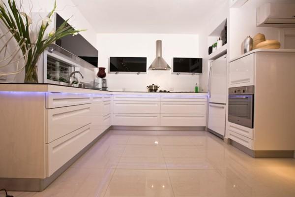 cocina blanca brillante luz morada