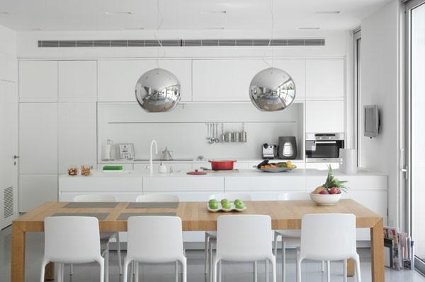 cocina blanca lamparas bolas metal