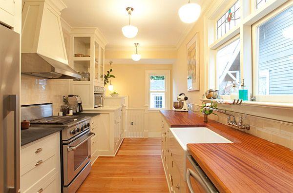 cocina larga luminosa colores claros armarios blancos espaciosa