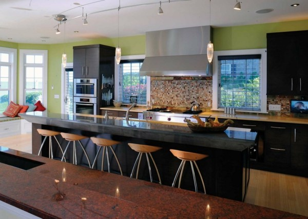cocina moderna negra verde sillas
