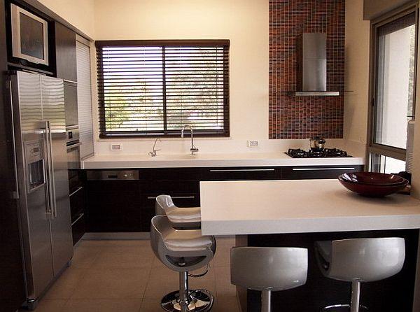 cocinas modernas pequeña de color marron oscuro