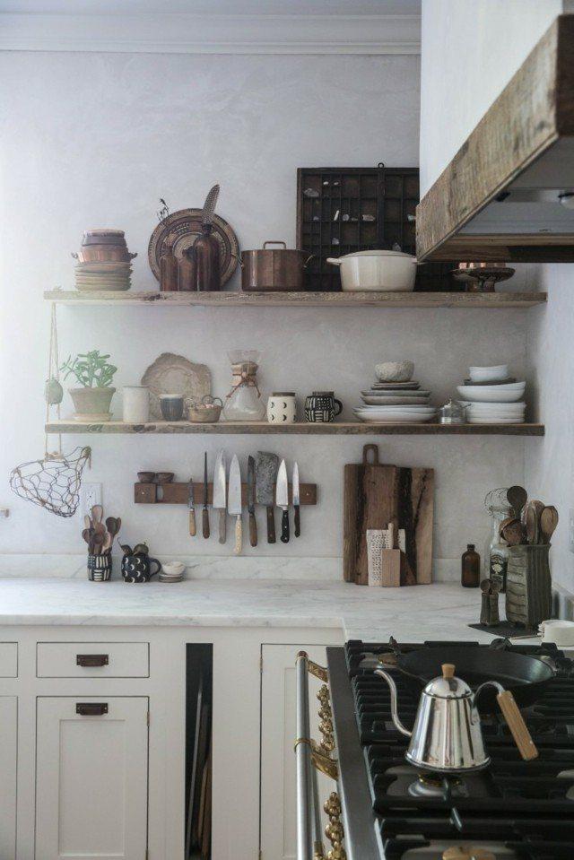 cocina retro pequeña estanterias platos vajillas estilo