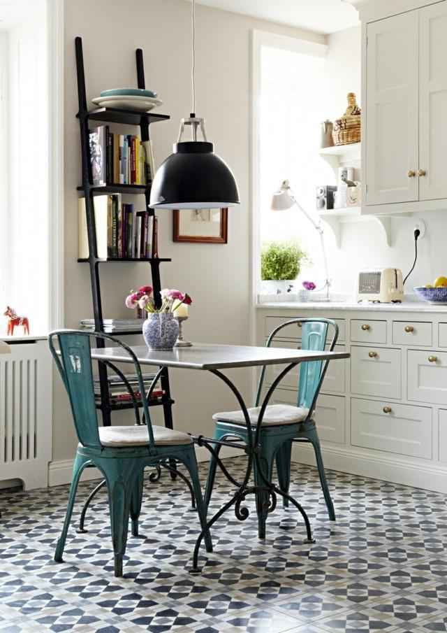 cocina sillas restauradas bonita azulejos vintage blanca