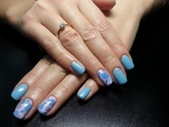 colores claros uñas decoradas azul modrno sutil