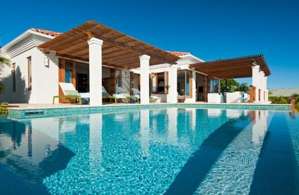 columnas pérgolas piscina tumbonas patio