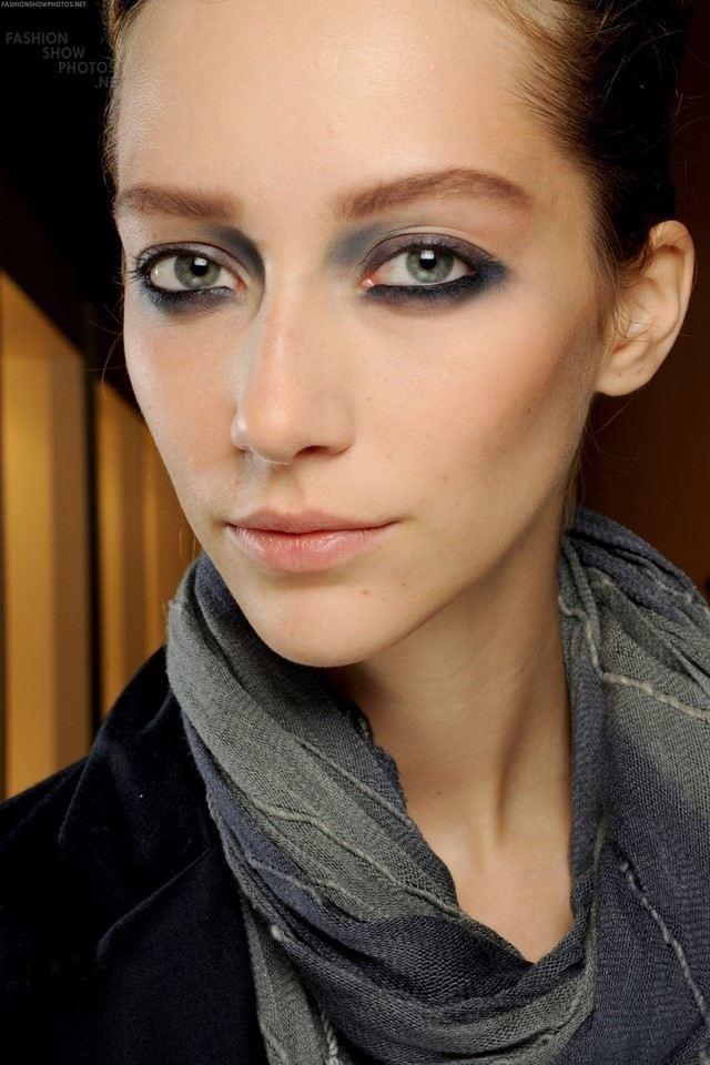 como maquillarse ojos ahumados moderno azul