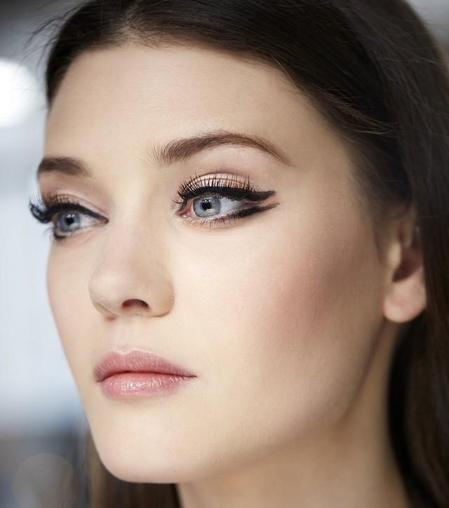 cómo  maquillarse delineador negro bonito ojos