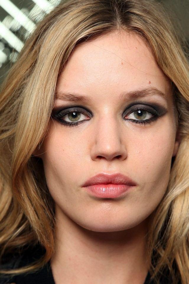 cómo  maquillarse ojos negros ahumados bonita idea