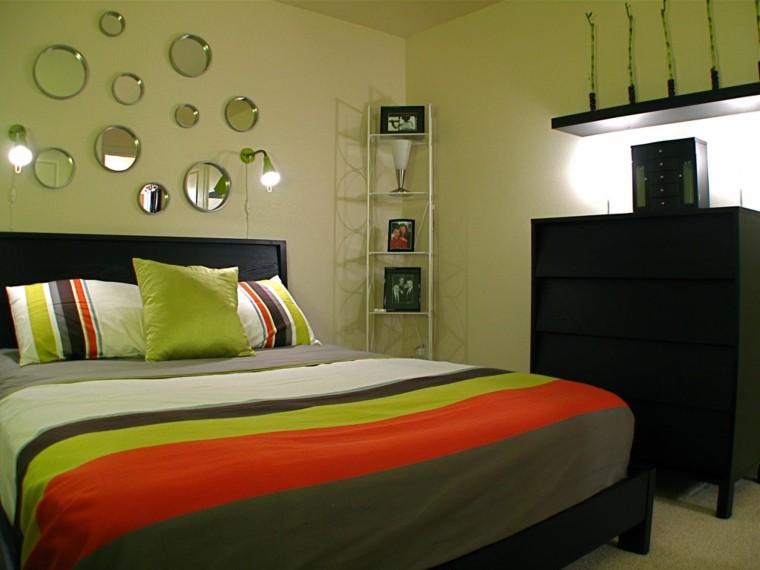 cuarto verde naranja bandas espejos. Decoración