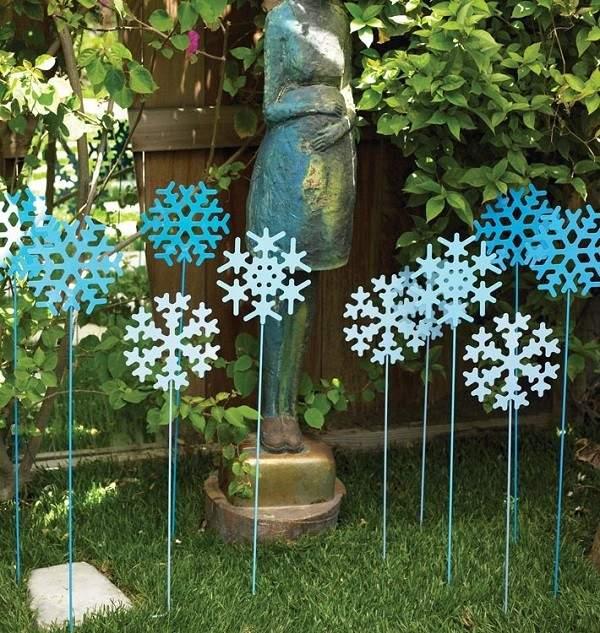 adornos jardín flores azules metal