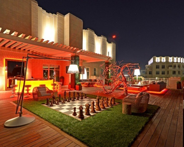 decoración de terrazas en madera cesped lampara sillas