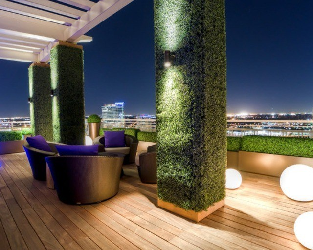 decoración de terrazas en madera muebles modernos jardin vertical