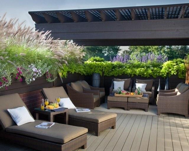 decoración de terrazas en madera muebles tumbonas flores