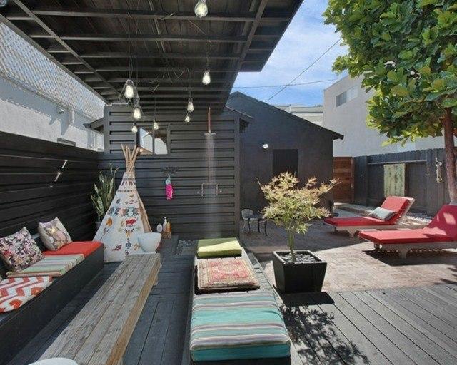 decoración de terrazas en madera patio tumbonas cojines