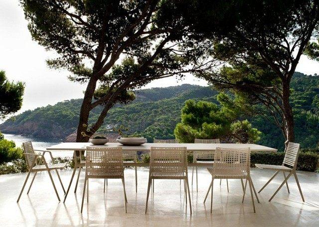 decoración de terrazas mesa sillas mimbre