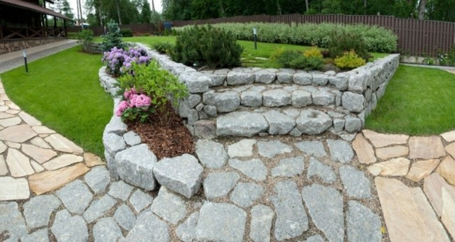 Senderos de piedra para jardines naturales for Jardines pequenos con piedras blancas